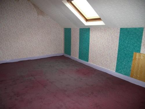 חדר האורחים, לפני. רטיבות בקירות, טפטים תמוהים ושטיח מהוה