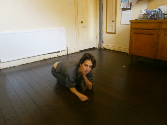 לילה צילמה אותי על הרצפה הנקייה